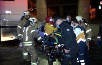Küçükçekmece'de otomobil park halindeki otobüse çarptı: 1'i ağır 2 yaralı