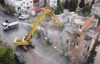 Depremde hasar gören 9 bina yıkıldı