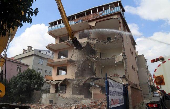 Büyükçekmece'de riskli yapıların yıkımına devam ediliyor