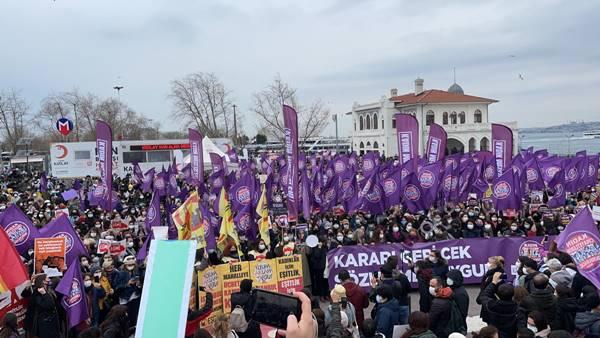 Kadınlar Kadıköy'de Erdoğan'ın İstanbul Sözleşmesi'nde çekilme kararını protesto ediyor