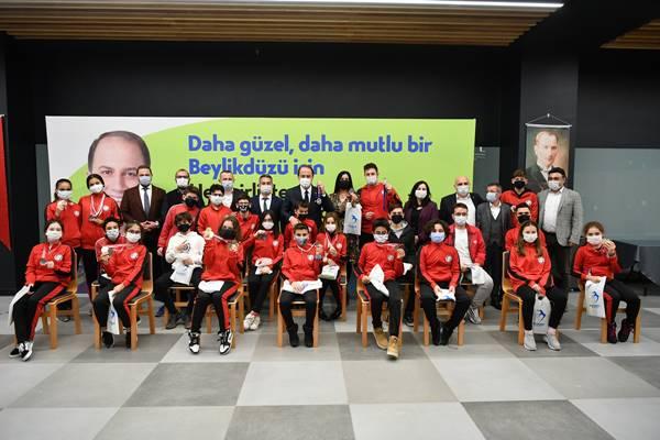 Şampiyon yüzücüler Beylikdüzü belediye başkanı Çalık'ı ziyaret etti