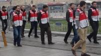 Taksim'de kırmızı yelekli polisler